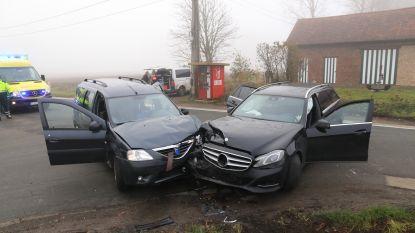 Vier gezinsleden gewond bij frontale botsing in Heirstraat