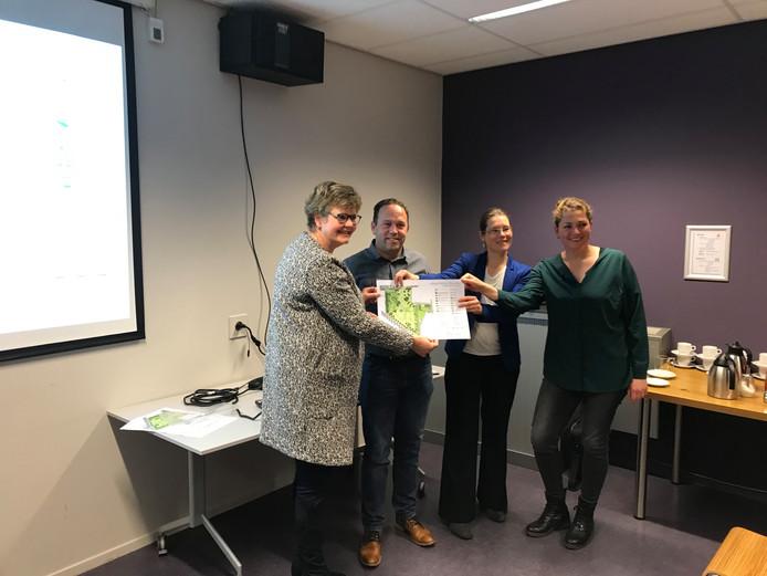 Wethouder Aletta van der Veen (l.) nam het plan voor park d'n Steenakker in Gilze in ontvangst van Corné Machielsen, Sietske de Regt en Barbara Roozen.