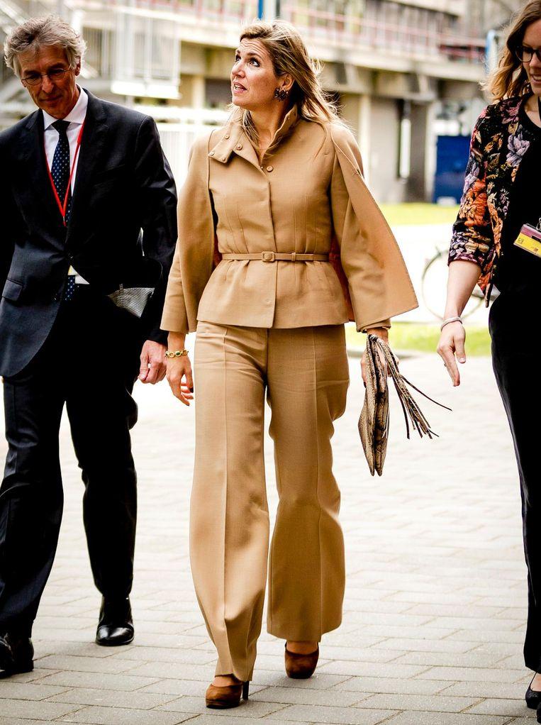 De koningin arriveert bij het AMC Beeld anp