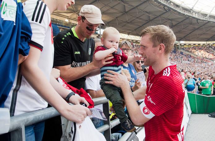 Per Mertesacker neemt afscheid van zijn fans in Hannover.