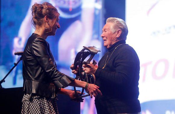 Sofie De Vuyst kreeg de trofee uit de handen van Yvonne Reynders.
