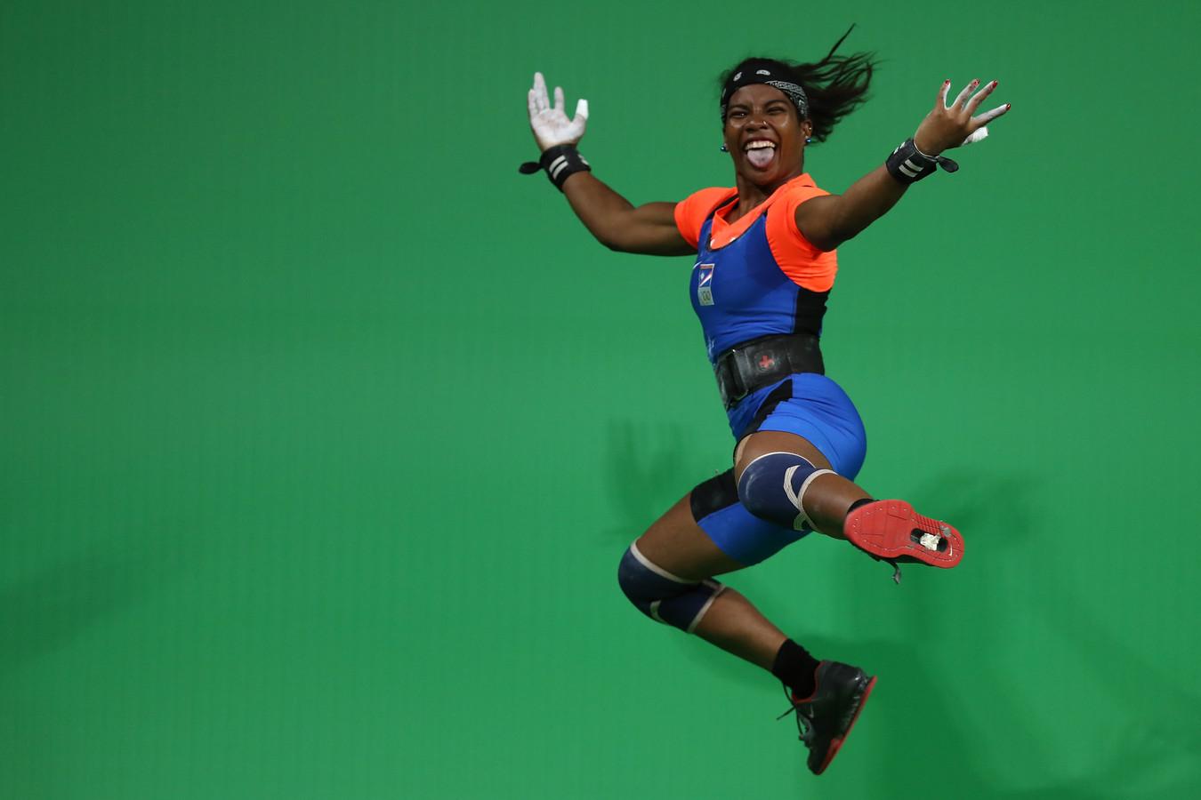Gewichthefster Mathlynn Sasser van de Marshall Eilanden in dolblij na een wedstrijd in de klasse tot 58 kilo bij de Zomerspelen van Rio.