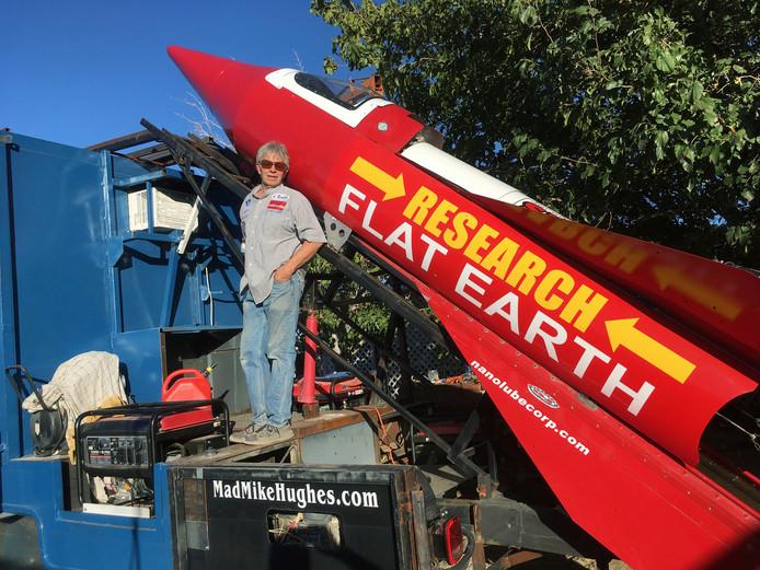 Mike Hughes met zijn stoomaangedreven raket, waarmee hij hoopt te bewijzen dat de aarde plat is.