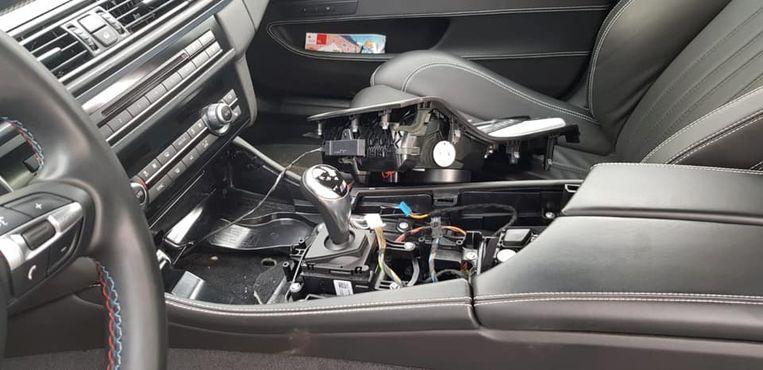 De binnenkant van de vernielde BMW M5