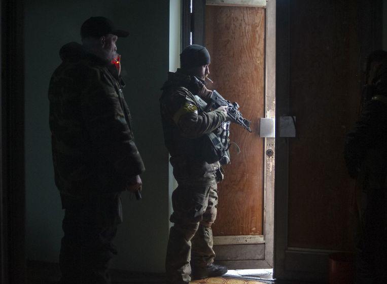 Regeringssoldaten zoeken dekking in een schooltje in Debaltseve, na beschietingen door rebellen.