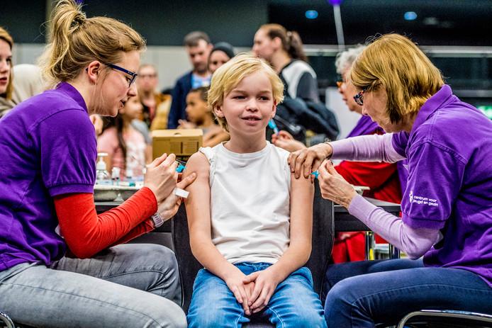 Nederlandse kinderen worden gevaccineerd tegen difterie, tetanus, polio (DTP), bof, mazelen en rodehond (BMR) tijdens een vaccinatiedag in Ahoy.