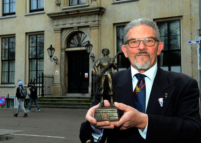 Hans Blommaart met het beeldje voor het ministerie van Defensie in Den Haag.