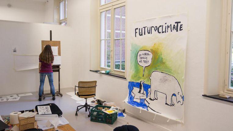 De kunstenaars werken toe naar de opening van de tentoonstelling op vrijdag. Beeld Jesper Boot