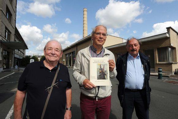 John Spruyt, Philippe Cornut en Francois Lysebetten aan de schoorsteen van het oud-gasthuis.