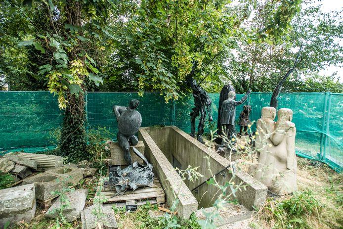 Beelden van museum Arnhem. Links van de kelderingang Henry Moore's 'The Warrior'