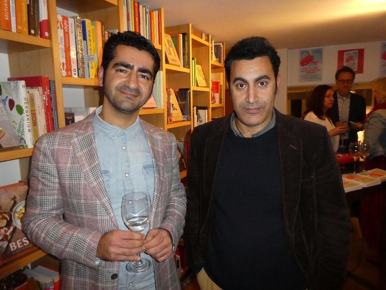 Murat Isik en Mohammed Benzakour, die een brief aan zijn moeder schreef. 'Lieve Yemma, denkend aan u zie ik brede heupen traag door oneindig hoogland gaan' Beeld Schuim