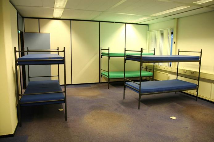 In het oude belastingkantoor aan de Professor Cobbenhagenlaan in Tilburg worden bedden geplaatst voor de opvang van 500 vluchtelingen.