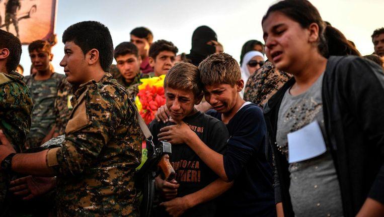 Rouw bij de begrafenis in Kobani van een in de strijd tegen IS gesneuvelde Koerdische strijder, eerder deze week. Beeld null