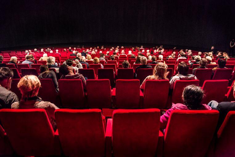 In de Theater Hangaar in Katwijk mochten vanwege de coronamaatregelen nog maar 250 bezoekers Soldaat van Oranje zien. De zaal heeft een capaciteit van 1.100 plaatsen.  Beeld Eva Faché
