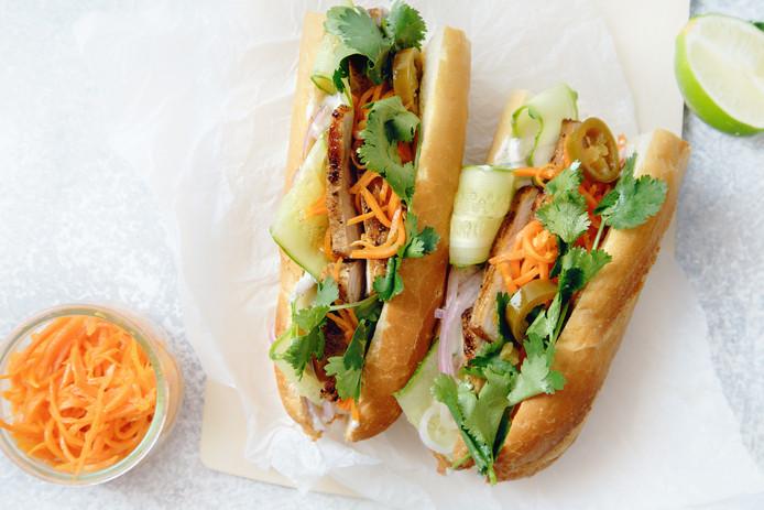 Vietnamese baguette met pork belly, ham en pate