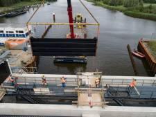 15 ton wegende schuiven in de Reevesluis gehesen