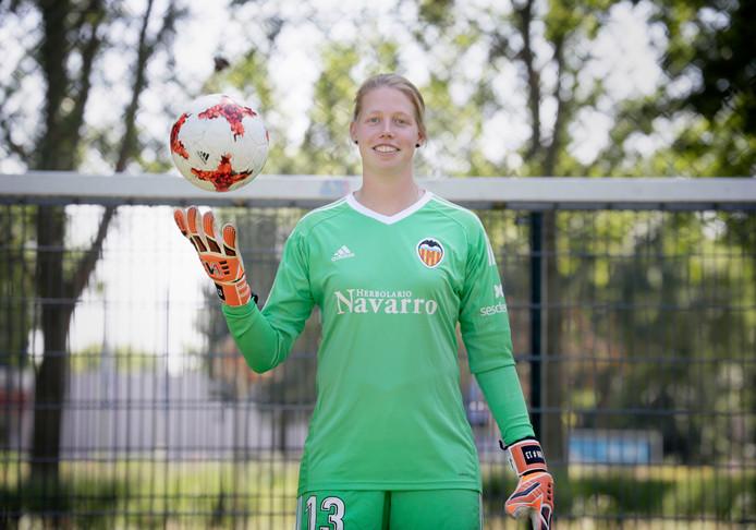 Jennifer Vreugdenhil uit Oosterhout keept ook komend seizoen bij Valencia.