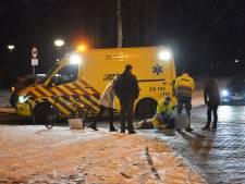 Fietser hard geraakt door auto op kruising in Breda, raakt gewond aan onderrug