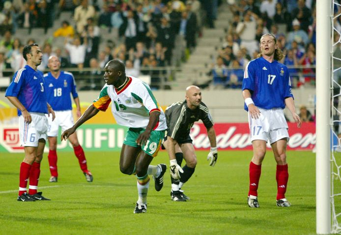 Diop vlak na zijn doelpunt tegen Frankrijk. Hij laat onder meer doelman Fabien Barthez verweesd achter.