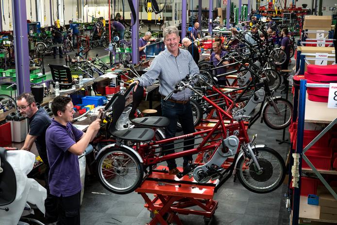 Raam fietsen Ondernemer, Ronald Ruesink bij een van de productielijnen, hier nog in het oude pand. Foto : Jan Ruland van den Brink