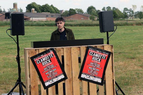 DJ HYPESQUAD in actie op een lege festivalweide in Herenthout.