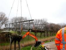 Gevaarlijke fietsbrug in Zwijndrecht gesloopt en weggehaald