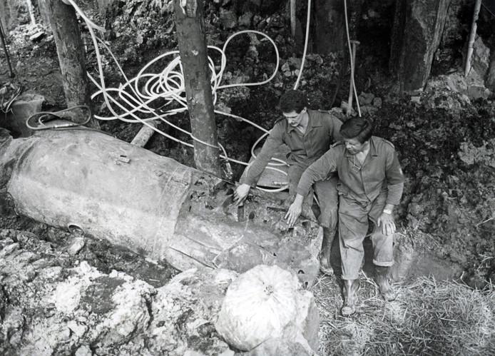 De ontmanteling van een V1-bom op 20 juni 1984 in Spijkenisse.