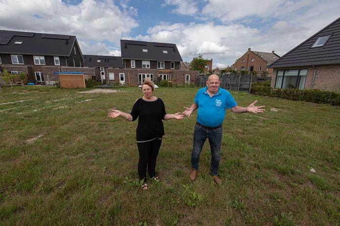 Harrie en Geke Metselaar kunnen hun droomhuis niet bouwen omdat er onduidelijkheid is over wie de eigenaar van de grond is.