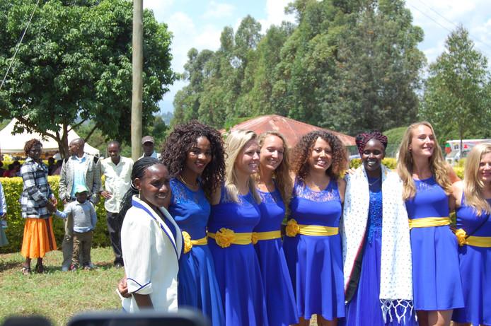 De bruidsmeisjes, onder wie de twee zussen van de bruidegom en drie 'schoonzussen'.