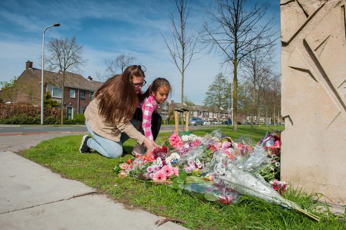 Nathalie van der Voort 32 en haar dochter Alycia Versluis 7 leggen bloemen neer op de herdenkplek naast de weg van het fatale verkeersongeluk met de lijnbus.