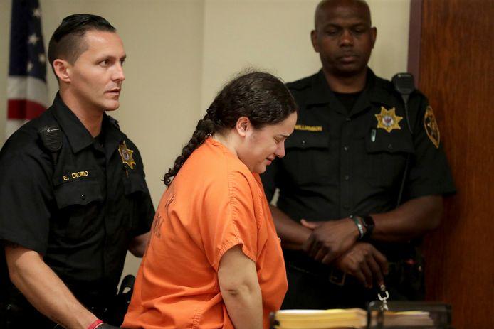 Amanda Ramirez wordt naar de gevangenis teruggebracht.