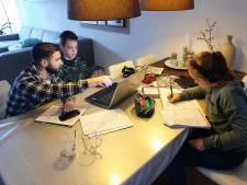 Studenten springen bij als hulp bij thuiswerkers met jengelende kinderen aan de keukentafel