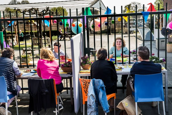 Bij de vrijdagmiddagborrel mochten elk uur  twee ouderstellen langskomen. Aan beide kanten van het traliehek stond een tafel. Een drankje voor de ouders, kinderchampagne voor de jongeren.