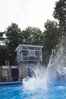 Holtens zwembad 'explodeert' door honderden bommetjes
