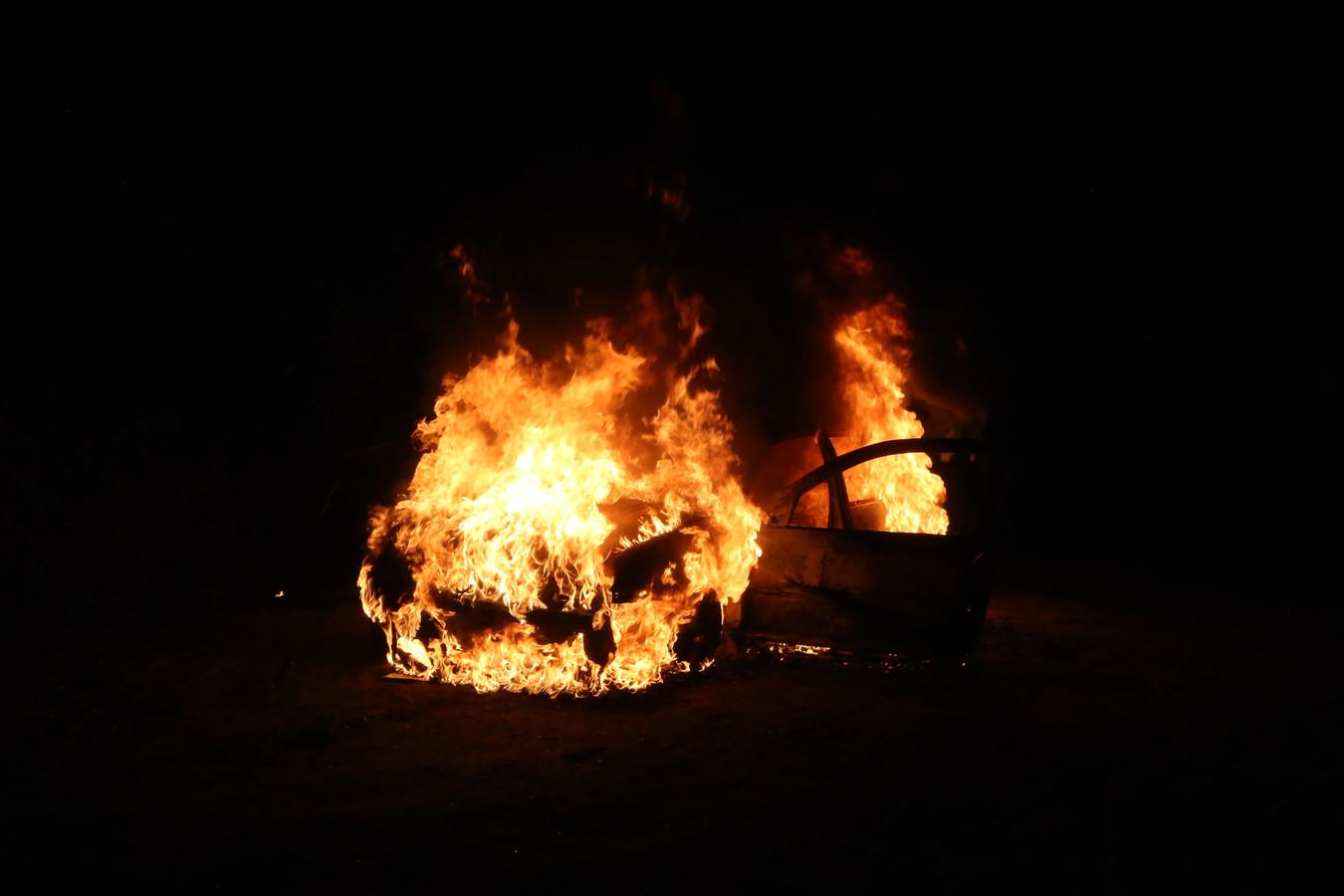 Auto in brand op bospad Helvoirt.