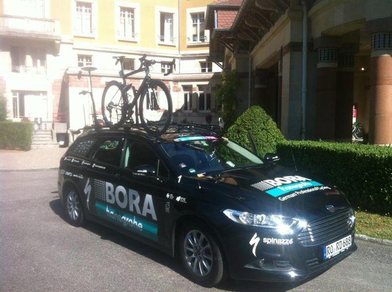 Alleen de fiets van Sagan staat op de auto van zijn ploeg Bora. Beeld Rob Gollin