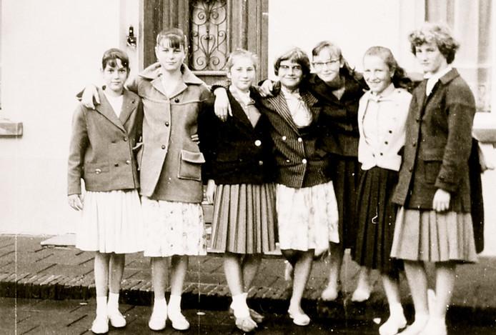 Het 'schoolkostuum' eind jaren vijftig bestond vooral uit plooirokken en nette jasjes. Wil Luijten (derde van rechts) droeg geen kousen.