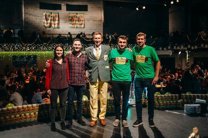 Ben Rottiers in het midden, met rechts organisatoren Niels Driesen —die in Gent woont— en Jeroen Keulers, op een voorgaande editie van de Boma Sausage Challenge Cup.