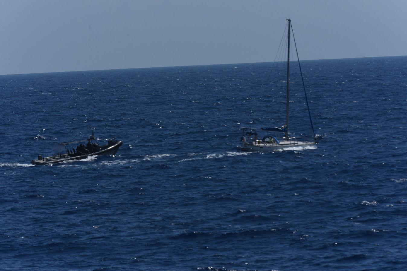 Bij een van de drugsoperaties vorige maand zagen Nederlandse militairen hoe vanuit een speedboot de drugs werden overgeladen in een zeiljacht.