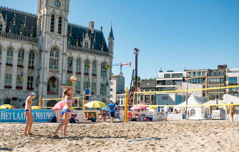 Beachvolley op de Grote Markt.