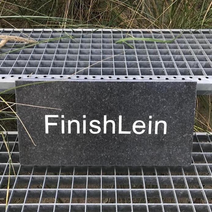 De nieuwe tegel met de tekst 'FinishLein', ter ere van Lein Lievense, die overleed op 3 januari.