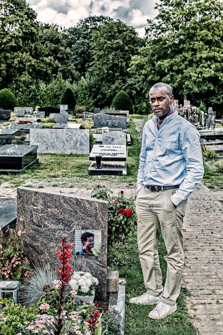 Ousmane Dia, bij het graf van Sanda Dia.  Beeld Tim Dirven