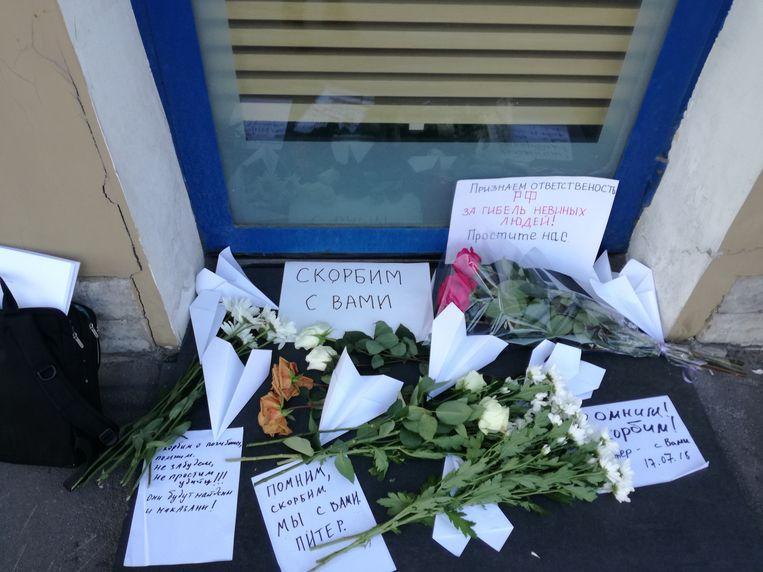 Bloemen en teksten bij het Nederlandse consulaat in Sint-Petersburg, 17 juli. Beeld Hans Metz