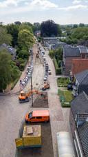 Onderop deze foto is een gedeelte van de nieuwe klinkerweg te zien ter hoogte van de kruising met de Wilhelminaweg.  Eind dit jaar moet de doorgaande weg in Voorst volledig beklinkerd zijn.