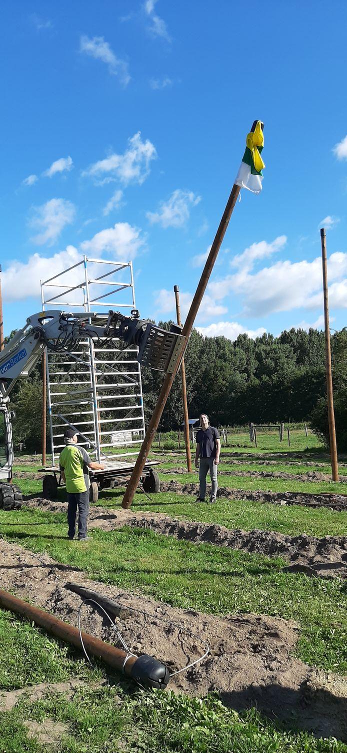 Bart Claassen en Albert van Kaathoven zijn getuige van de Schijndelse vlag bij de aanleg van het nieuwe hopveld.