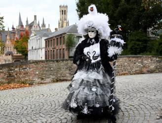 Het lijkt wel The Masked Singer: 'de zwaan' is op bezoek in Brugge