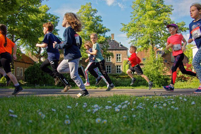 Oosterhout - Tijdens de jaarlijkse Kaaienloop in het centrum van Oosterhout was er vorig jaar een schoolstrijd, waarbij kinderen namens hun school mee konden lopen. Hier de kinderen in actie in het Slotpark.