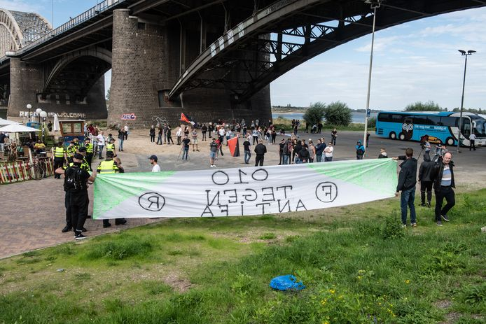 In Nijmegen rolde Stop Antifa Terreur een spandoek uit met een duidelijk Rotterdamse link. Een deelnemer aan de actie die met een fakkel gooide werd opgepakt.