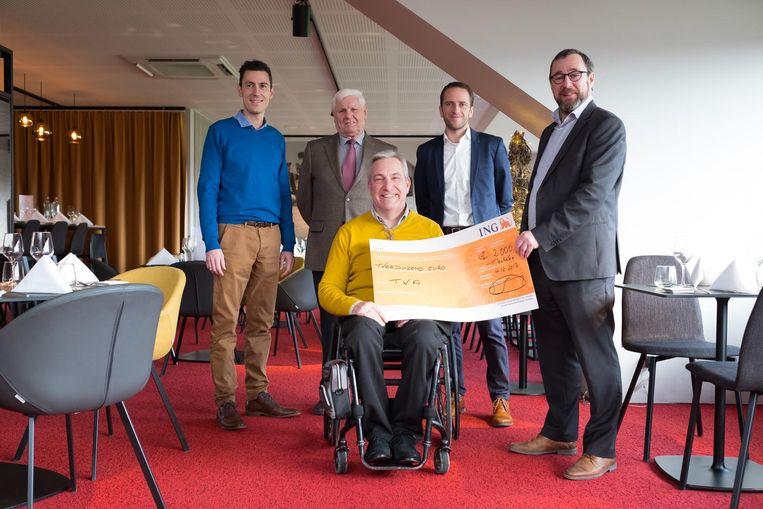 Johan Cremery van To Walk Again mag de mooie cheque in ontvangst nemen.