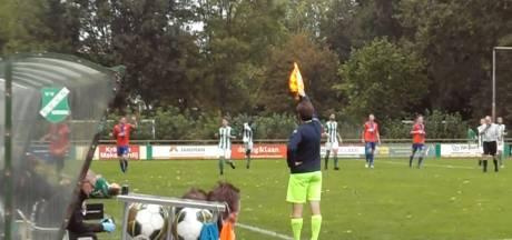 #HéScheids: Grensrechter ON steekt vlag verkeerde kant op, katachtige reflex bij Sparta Enschede